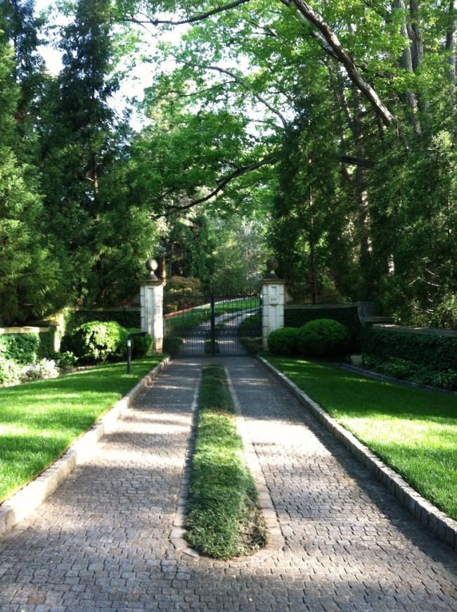Garden Pathway | via Nothingsweetlasts